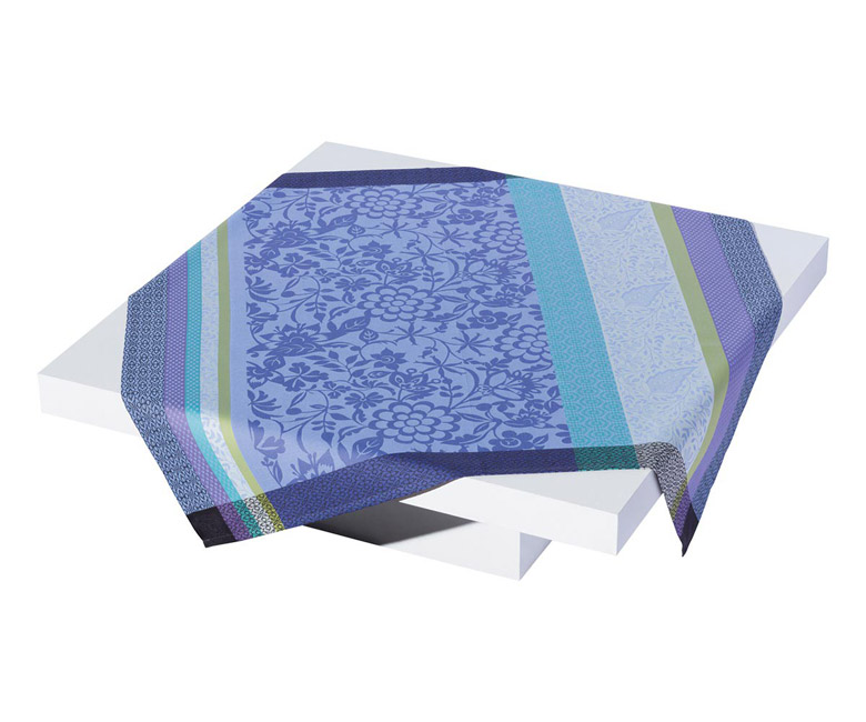"""Хлопковая серо-голубая прямоугольная скатерть из длинных волокон """"Provence"""" 150x220 см с водоотталкивающим акриловым покрытием против пятен и грязи Le Jacquard Francais (Франция)"""