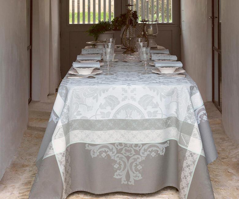 """Хлопковая прямоугольная скатерть из длинных волокон """"Azulejos"""" 175x250 см с водоотталкивающим акриловым покрытием против пятен и грязи, цвет теплый серый, Le Jacquard Francais (Франция)"""