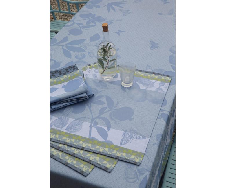 """Хлопковая светло-голубая квадратная скатерть из длинных волокон """"Jardin de paradis"""" 175x175 см с водоотталкивающим акриловым покрытием против пятен и грязи Le Jacquard Francais (Франция)"""