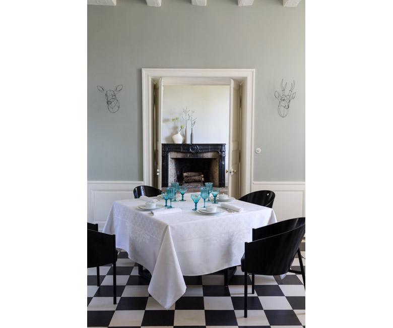 """Хлопковая белая прямоугольная скатерть из длинных волокон """"Azulejos"""" 175x250 см Le Jacquard Francais (Франция)"""
