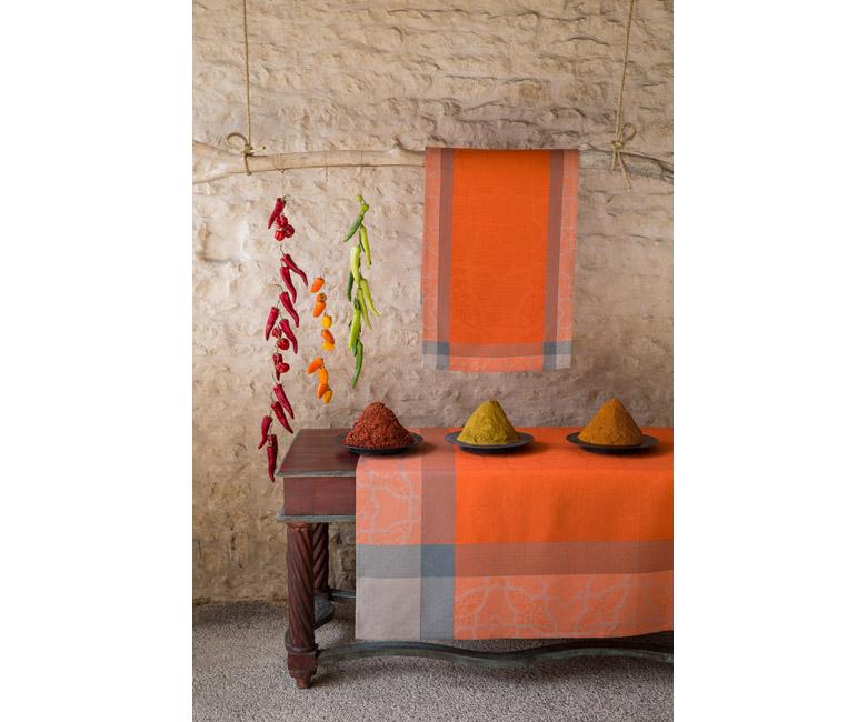 """Льняная оранжевая квадратная скатерть из длинных волокон """"Pondich?ry"""" 175x175 см,  Le Jacquard Francais (Франция)"""