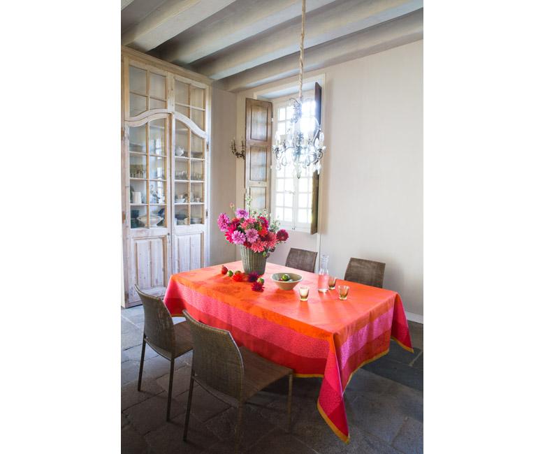 """Хлопковая красная прямоугольная скатерть из длинных волокон """"Parfums de bagatelle"""" 175x250 см Le Jacquard Francais (Франция)"""
