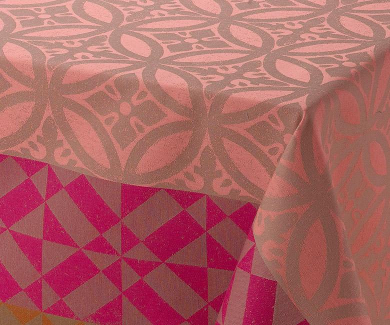 """Хлопковая розово-серая прямоугольная скатерть из длинных волокон """"Mosa?que"""" 150x220 см с водоотталкивающим акриловым покрытием против пятен и грязи Le Jacquard Francais (Франция)"""